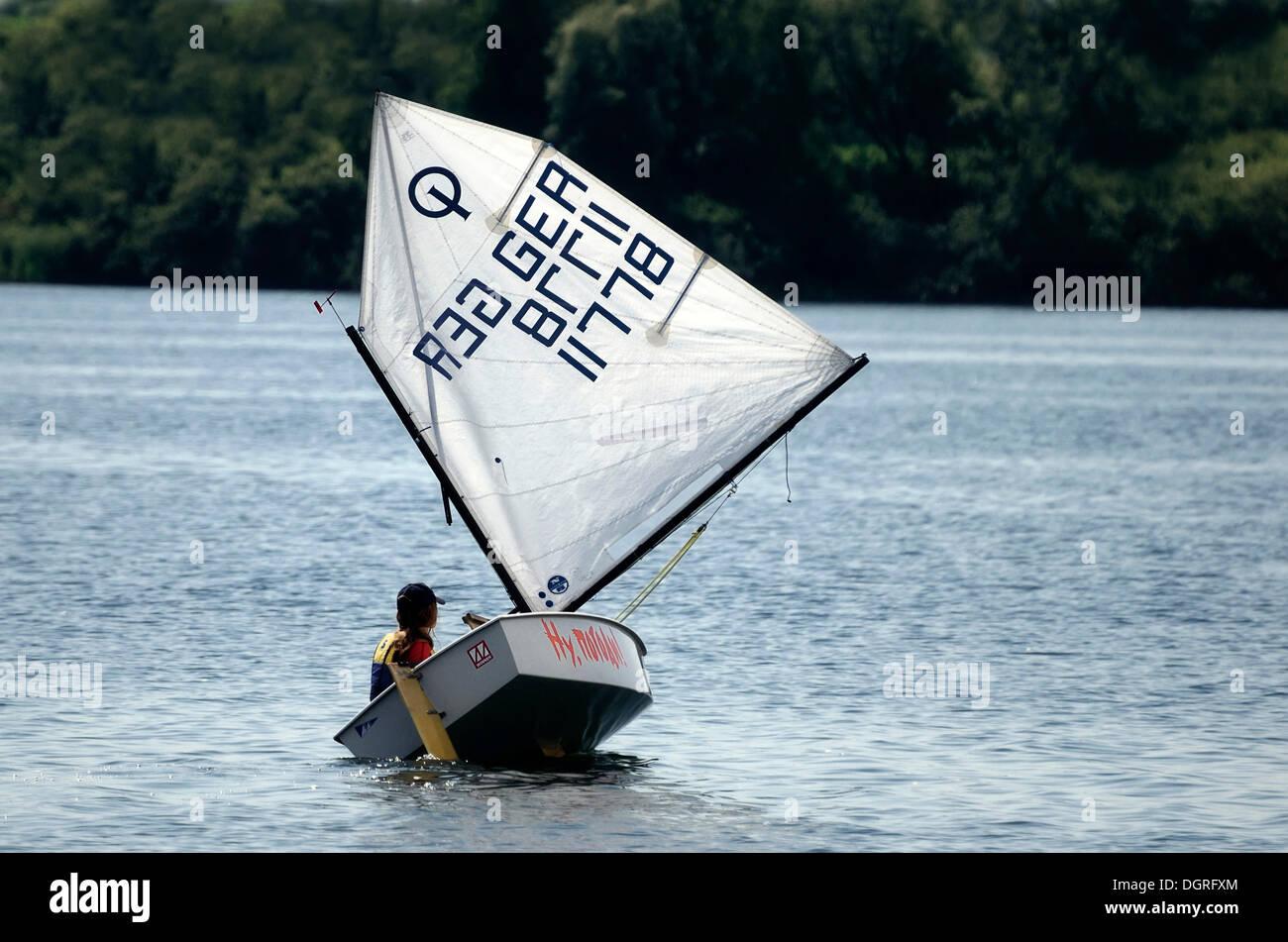 Jolle segeln für Kinder, optimist auf der Müritz, Mecklenburgische Seenplatte, Mecklenburg-Vorpommern Stockbild