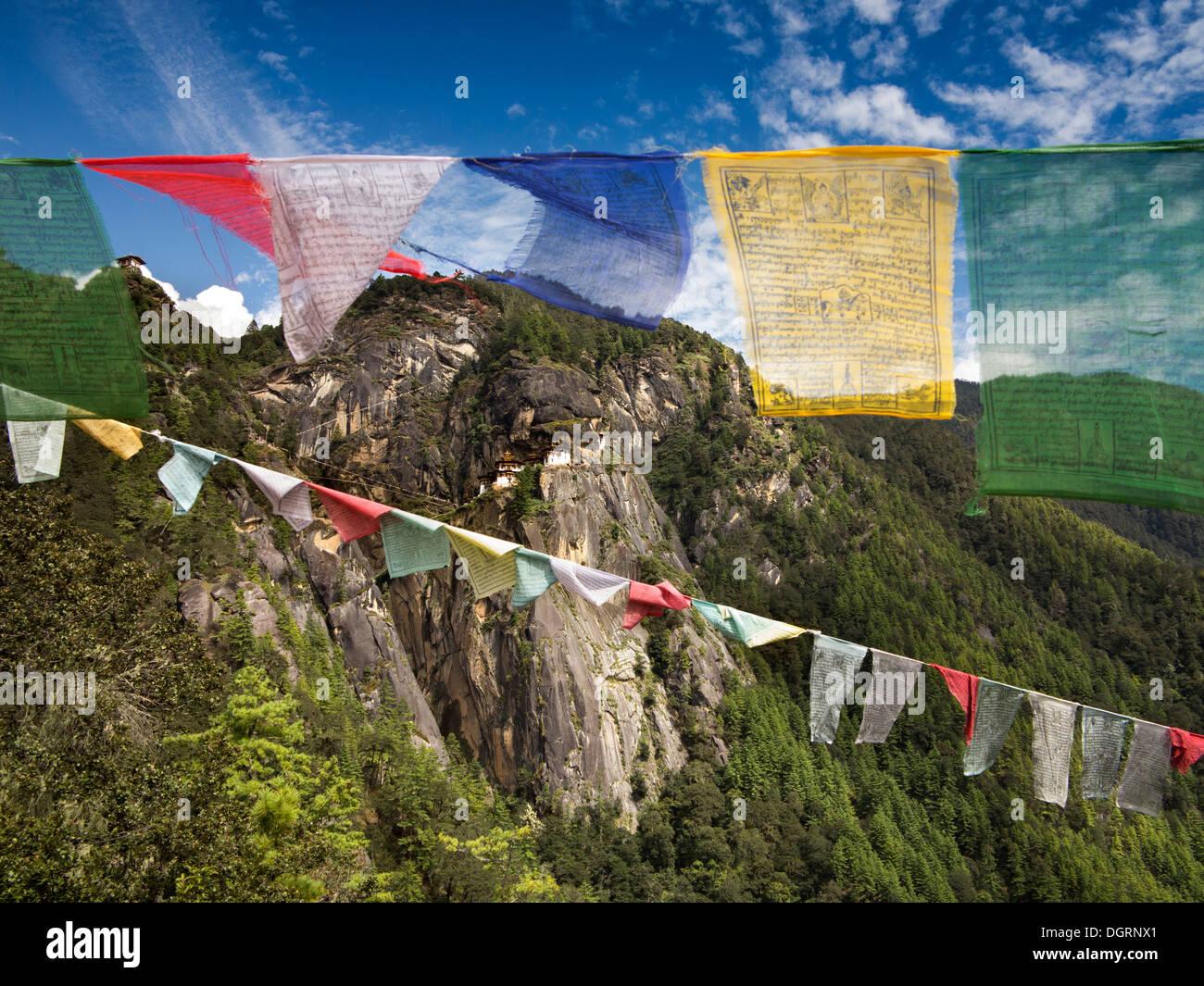 Bhutan, Paro-Tal, Gebetsfahnen Taktsang Lhakang (Tiger es Nest) Kloster Aussichtspunkt Stockfoto