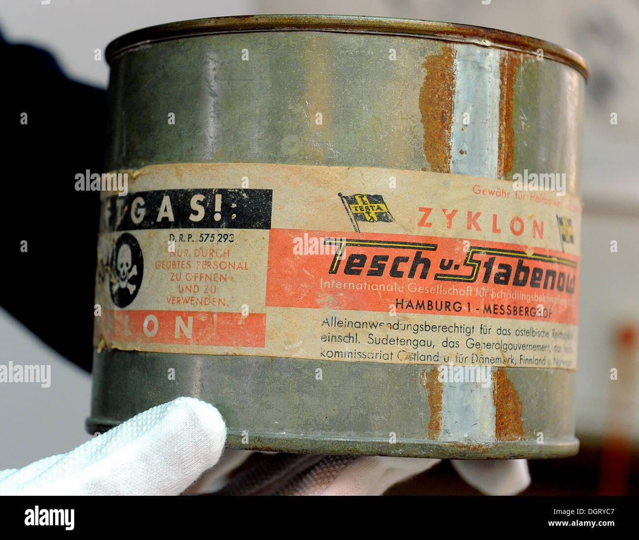 oranienburg deutschland 25 oktober 2013 ein archiv mitarbeiter h lt eine dose von giftgas. Black Bedroom Furniture Sets. Home Design Ideas