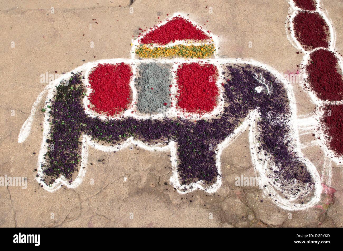 Elefant, typische Sandmalerei vor einem Haus während das Pongal Erntefest Mamallapuram, Mahabalipuram, Süd-indien Stockbild