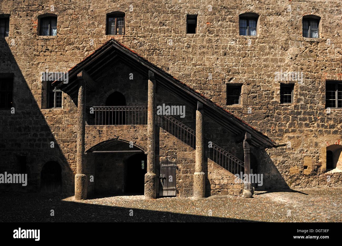 Überdachte Treppe im Innenhof der Hauptburg, 1525, Burg Nr. 48, Burghausen, Oberbayern Stockbild
