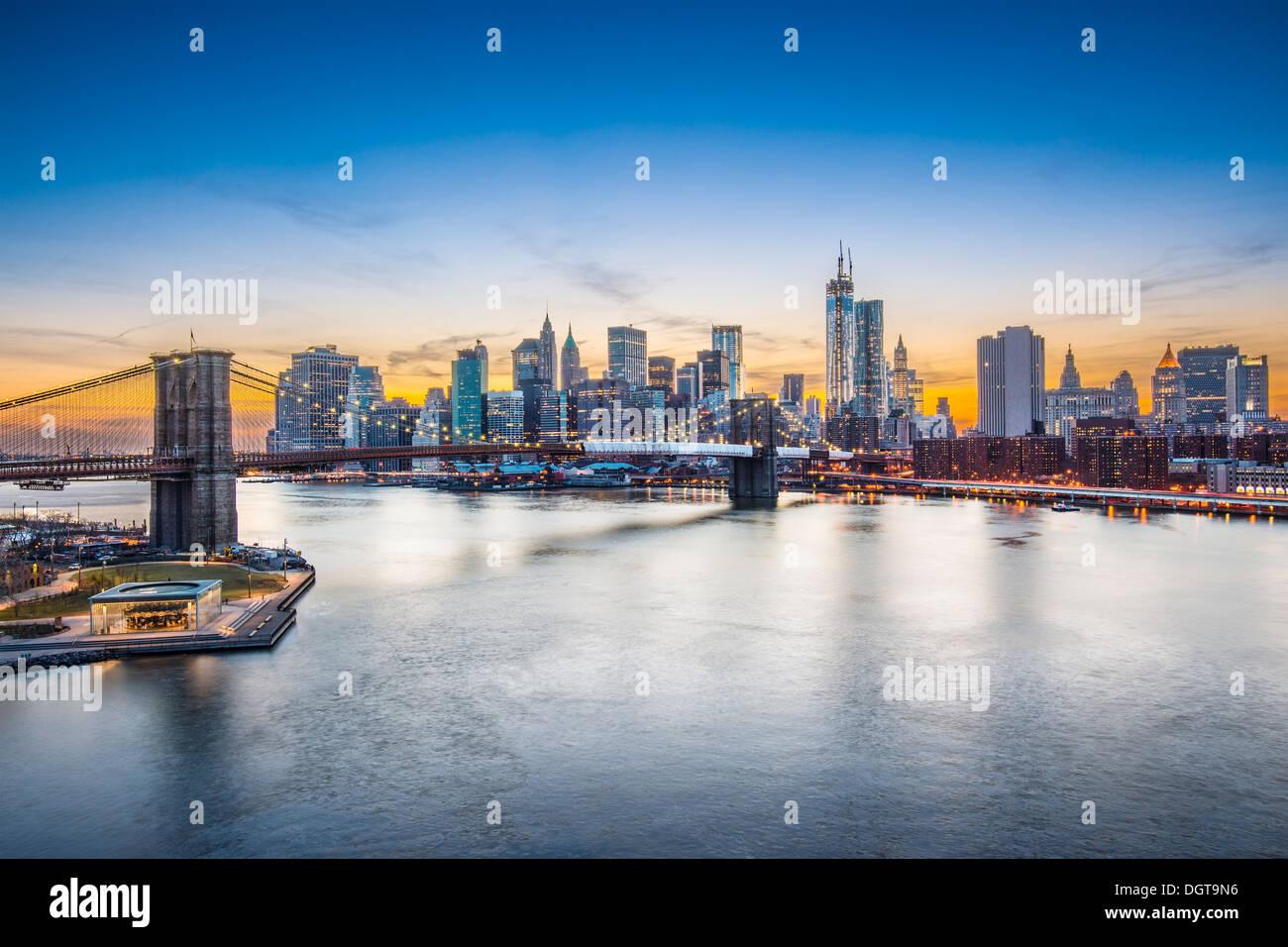 Blick auf New York City über den East River in Richtung das Finanzviertel im Stadtteil Manhattan. Stockbild