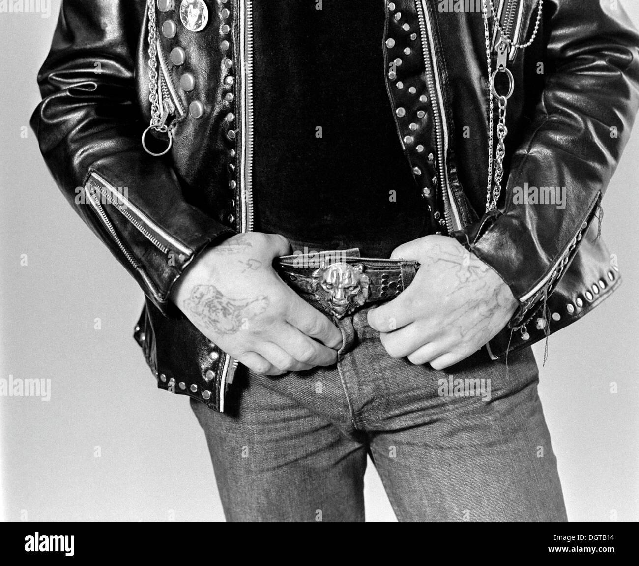 Biker mit einer Tätowierung trägt eine Lederjacke über 1985