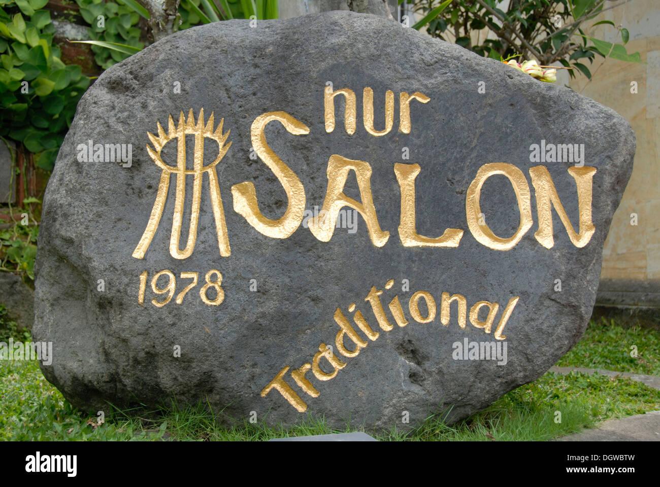 Wellness-Spa, Stein mit Inschrift Nur Salon, Ubud, Bali, Indonesien, Südostasien, Asien Stockbild