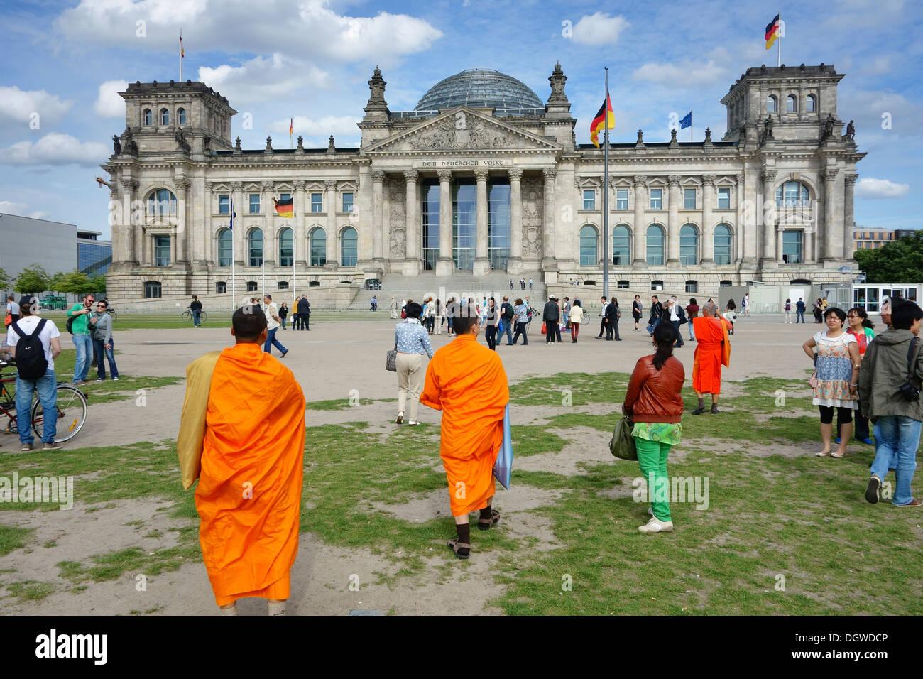 Berlin. Deutschland. Touristen vor dem Reichstagsgebäude. Stockbild