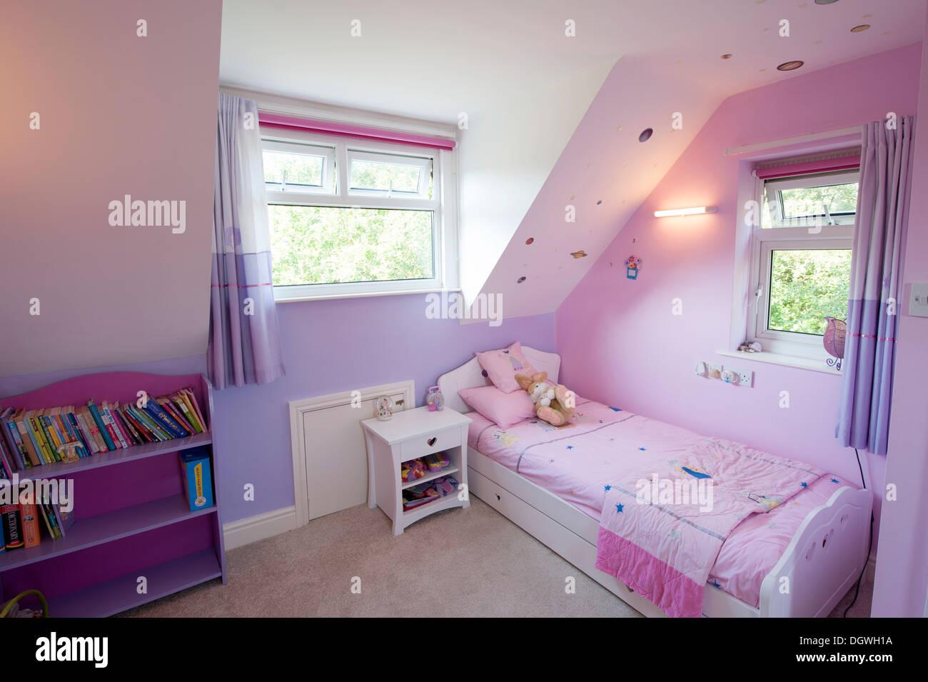 Junge Mädchen Rosa hübsche Barbie Schlafzimmer Mädchen Stockfoto ...