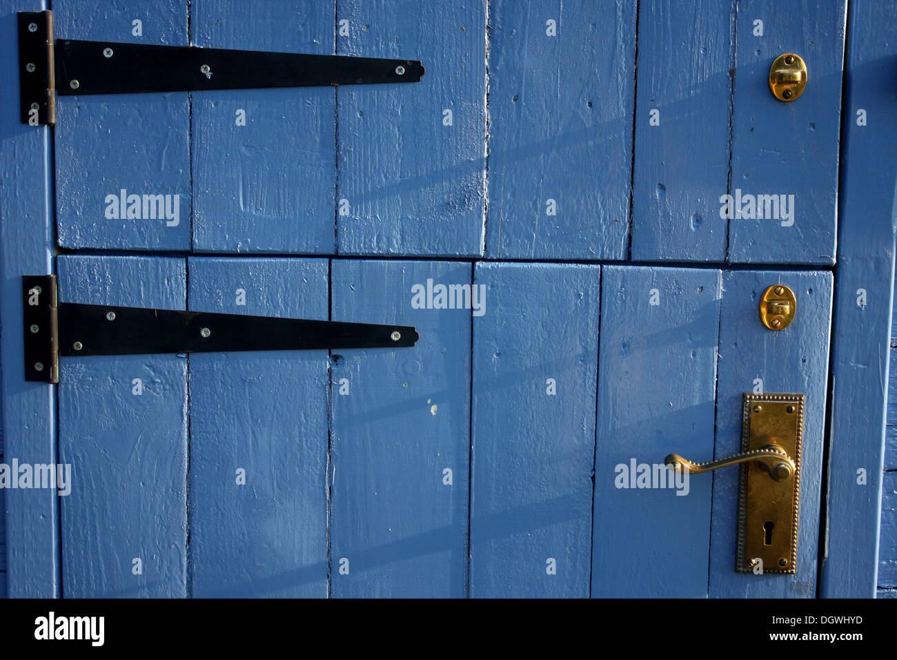 blaue tür eine schäferhütte mit scharnieren und türgriff stockfoto