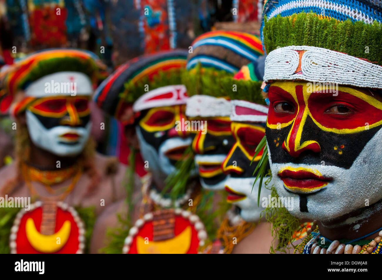 Bunt verzierte und bemalte Stämme feiert die traditionelle Sing Sing im Hochland, Paya, Hochland Stockbild