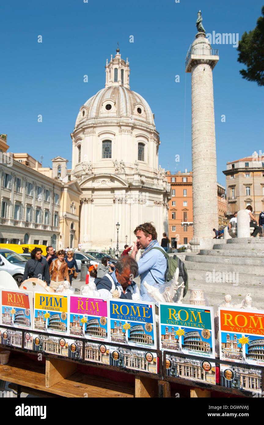 Reisen Sie, Reiseleiter, Touristen, Renaissance-Ära, die Kirche von Santa Maria di Loreto und die Trajanssäule, Piazza Venezia, Rom Stockbild