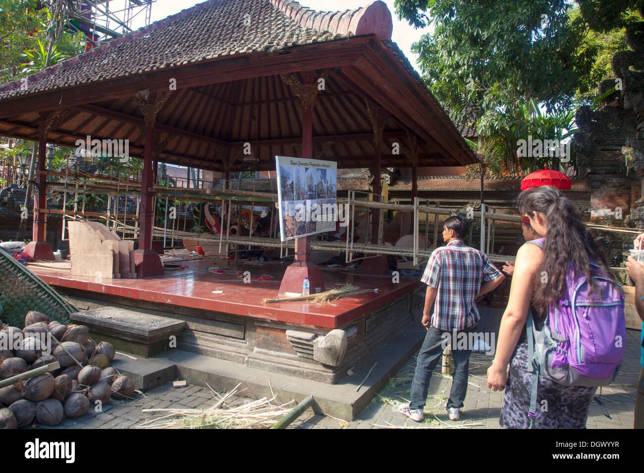 touristischen beobachten pavillon religiöses zeichen, ubud bali