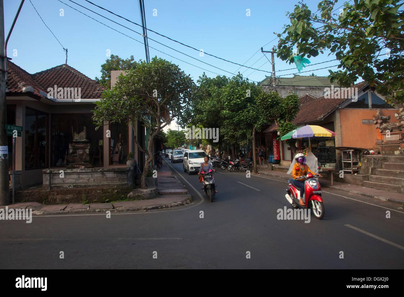 Straßenszene Ubud Bali Indonesien Verkehr Fahrräder Auto Staus Bewegung Transport Transport Touristen typische Straße jalan Stockbild