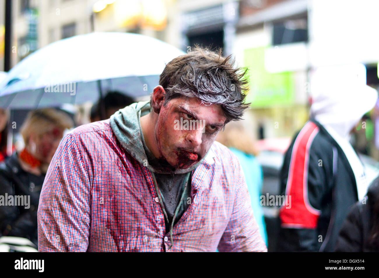 Toronto, Kanada. 26. Oktober 2013. Hunderte von Untoten trotzten die Kälte und außen Nathan Philips Square zu mischen Stockfoto