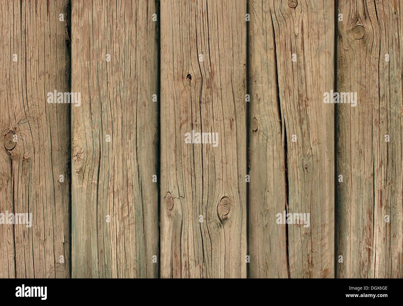 Alten verwitterten Holz Hintergrund mit dick geschnittene Baumstämme als Grunge verzweifelt antike Mauer der Dielen in einem vertikalen Muster Alter Stockbild