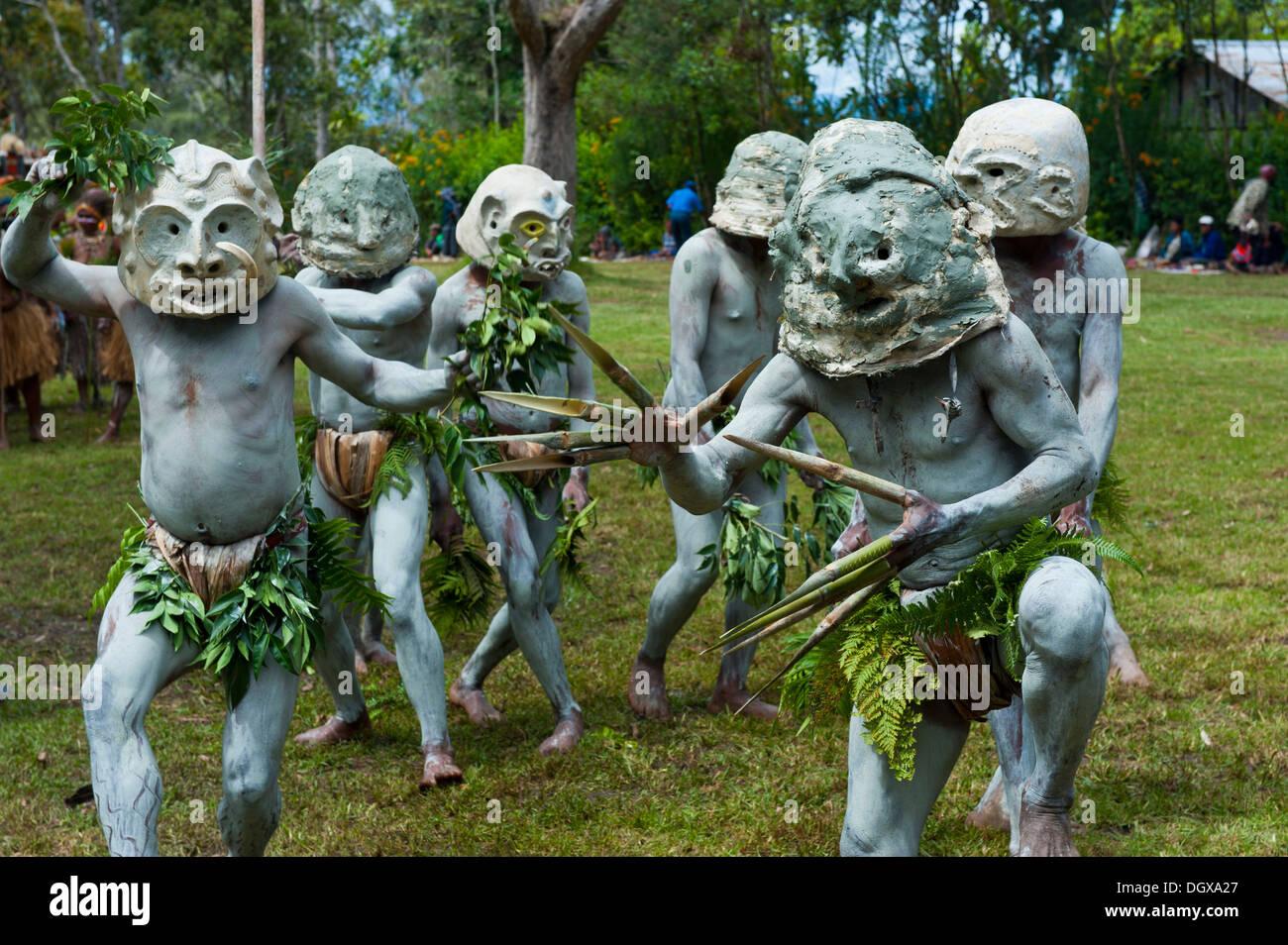 Stammesmitglieder in Masken und vollen Körperfarbe feiern bei den traditionellen Sing Sing sammeln in den Highlands, Paya Stockbild