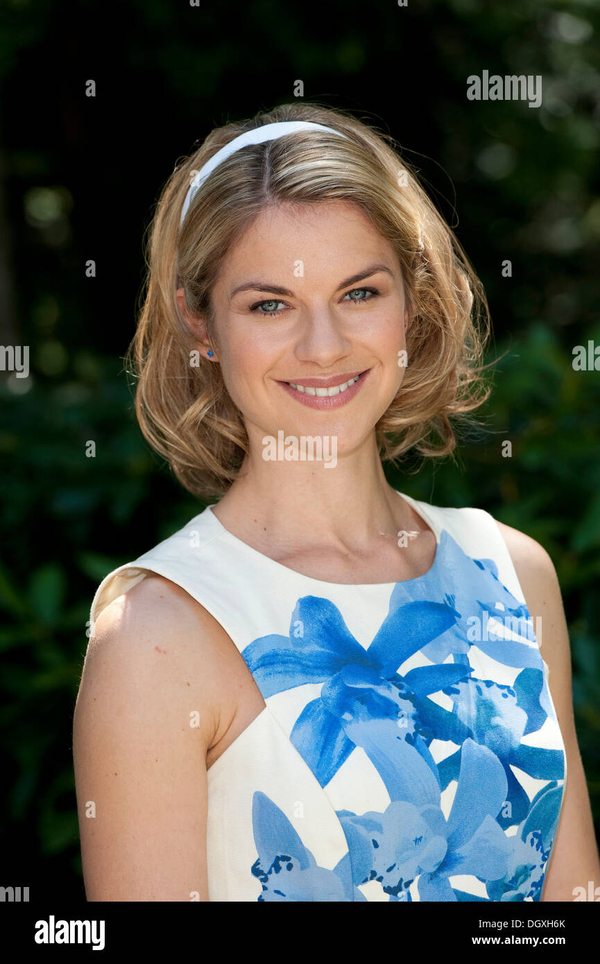 """Schauspielerin Lucy Scherer bei einem Foto-Shooting für die TV-Soap """"Sturm der Liebe"""" in München, Bayern Stockbild"""