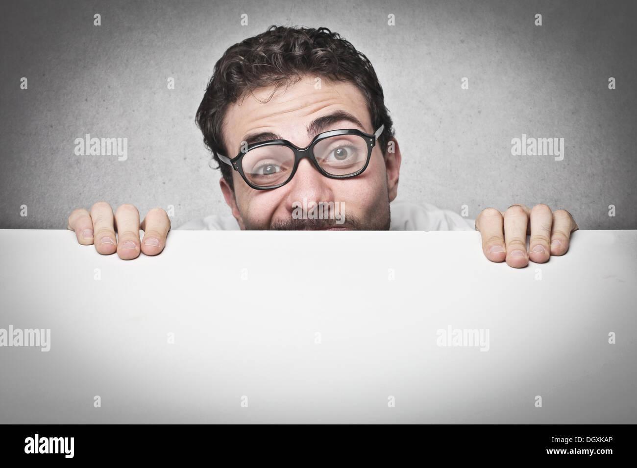 Mann hält einen leeren Karton Stockbild