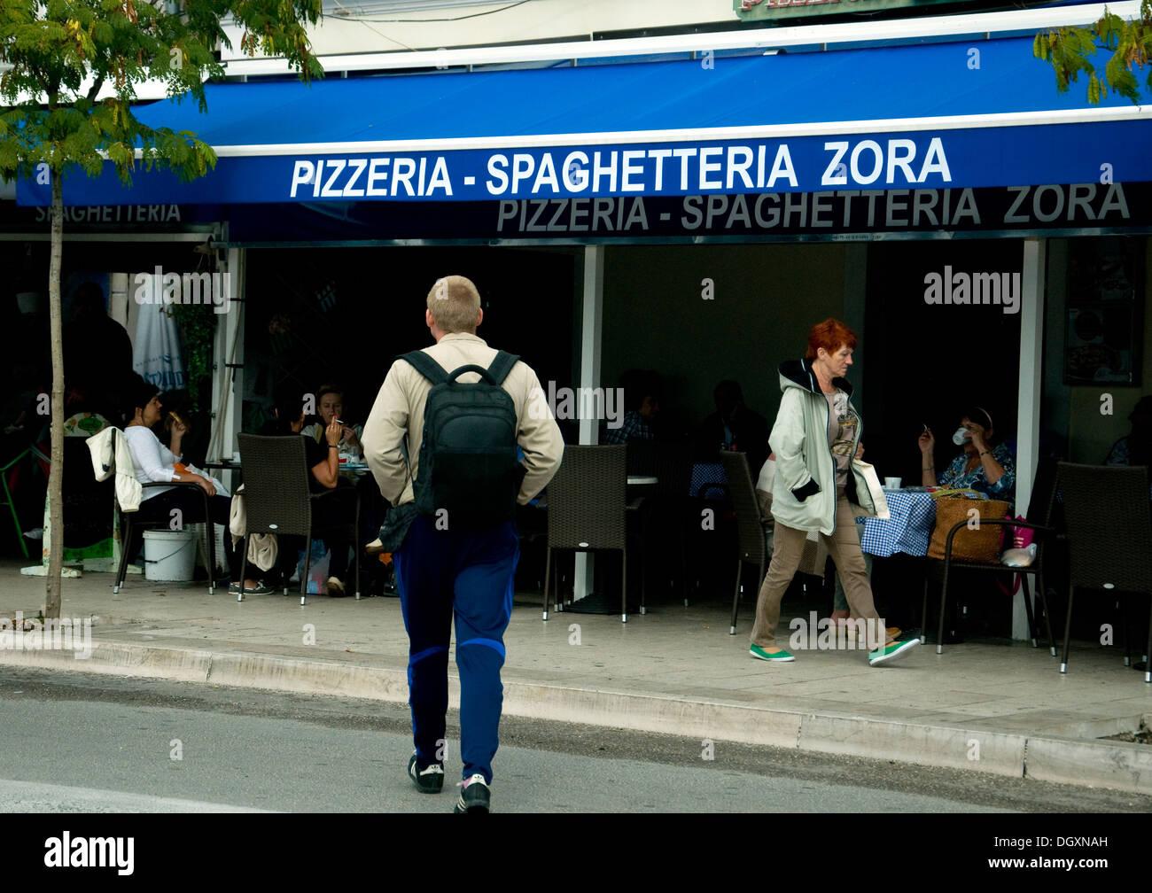 Jeder weiß, Pizzeria, aber Spaghetteria? Hier ist es ein Strandrestaurant in der kroatischen Stadt ?ibenik Stockbild