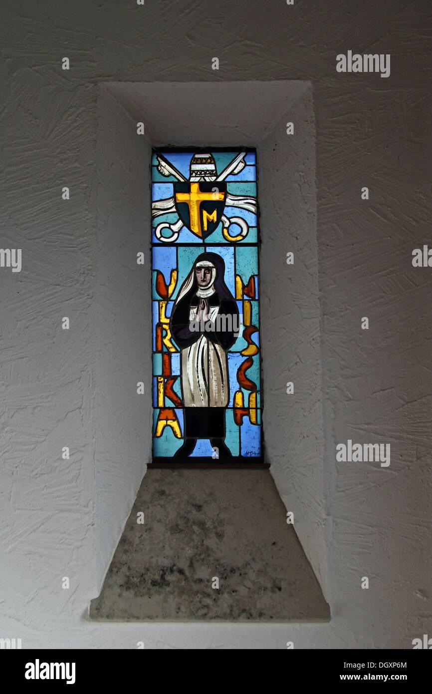 Glasmalerei-Fenster anzeigen St. Ulrika Nisch, beten die Hände, Bussenkirche Kirche St. Johannes der Täufer Auf Dem Bussen Stockbild