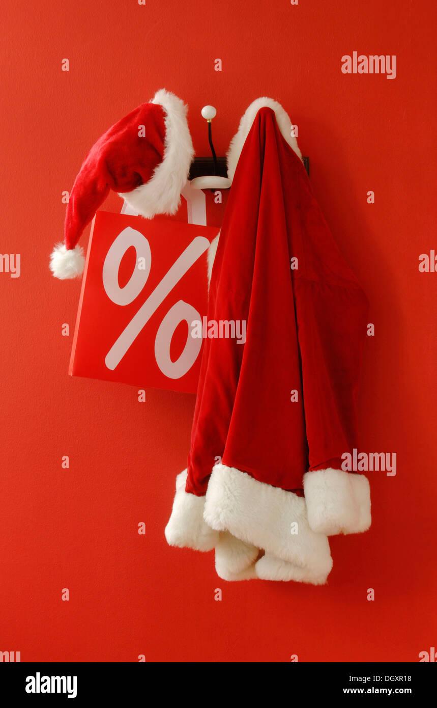 Weihnachtsmann-Mütze und Mantel mit einem nostalgischen Kleiderhaken ...