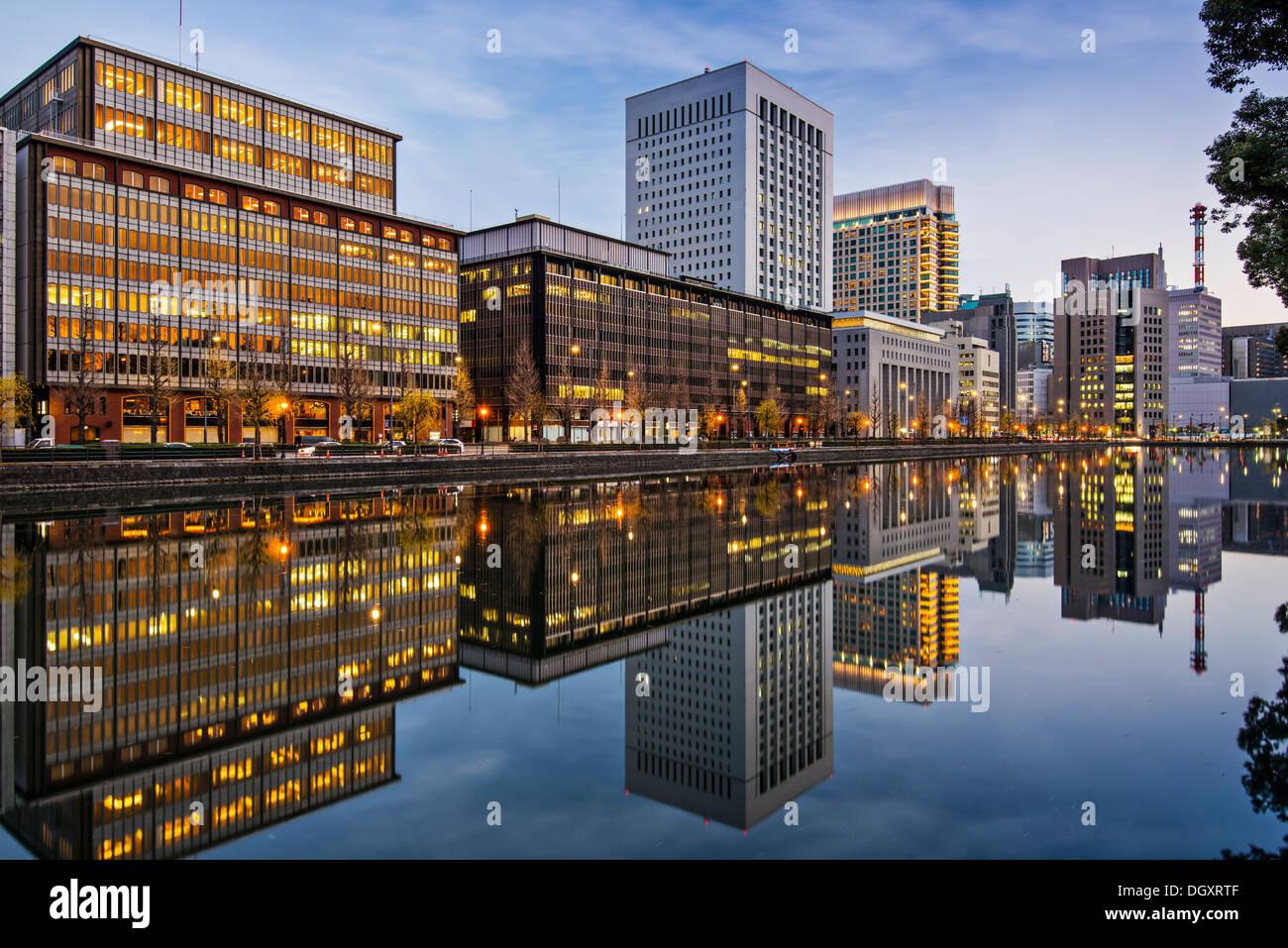 Marunouchi, Tokyo, Japan Gebäude reflektieren auf dem Kaiserpalast Graben. Stockbild