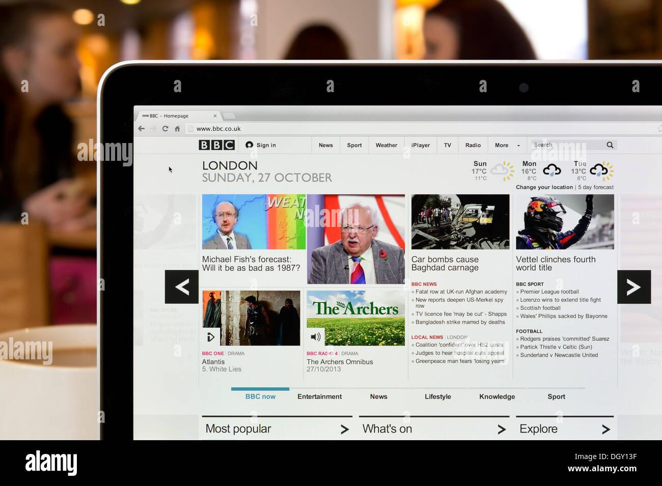 Die BBC Online Website erschossen in einem Coffee-Shop-Umfeld (nur zur redaktionellen Verwendung: print, TV, e-Book und redaktionelle Webseite). Stockbild