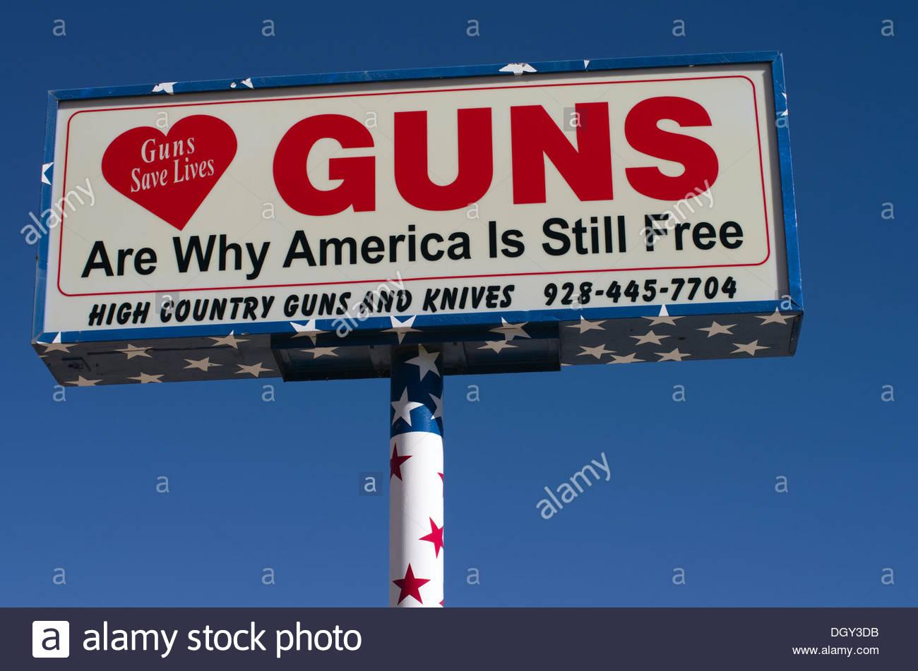 Dieses Zeichen, an eine Waffe in Prescott, Arizona, wirbt nicht nur Waffen zu verkaufen, sondern macht eine politische Aussage. Stockbild
