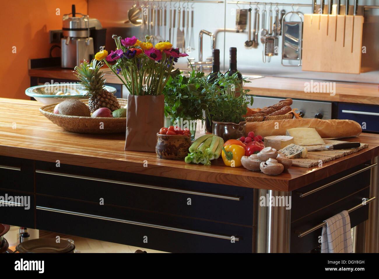 Stillleben mit frischem Gemüse, Käse und Brot auf eine moderne Küche ...