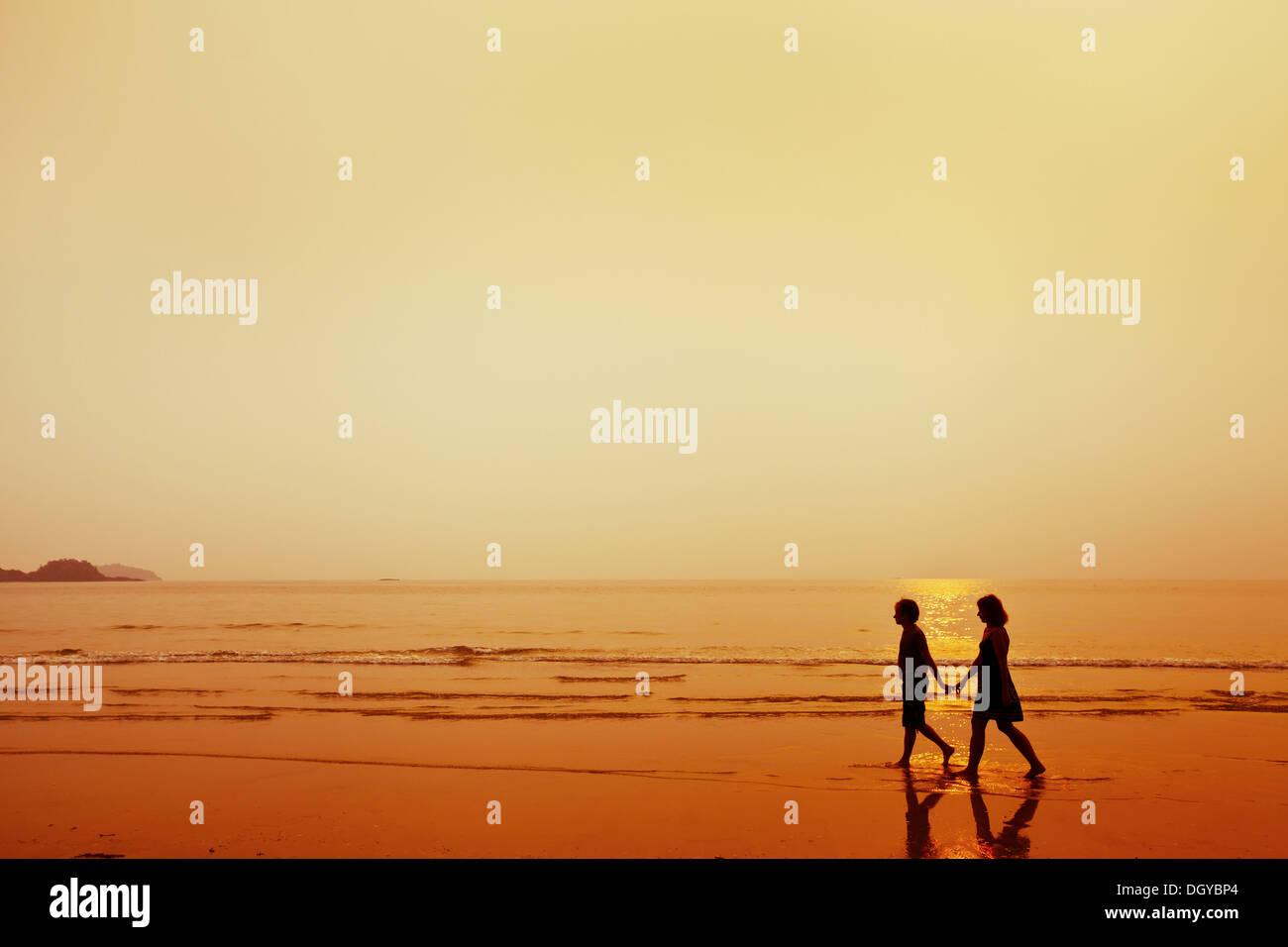 Silhouette der paar am Strand Stockbild