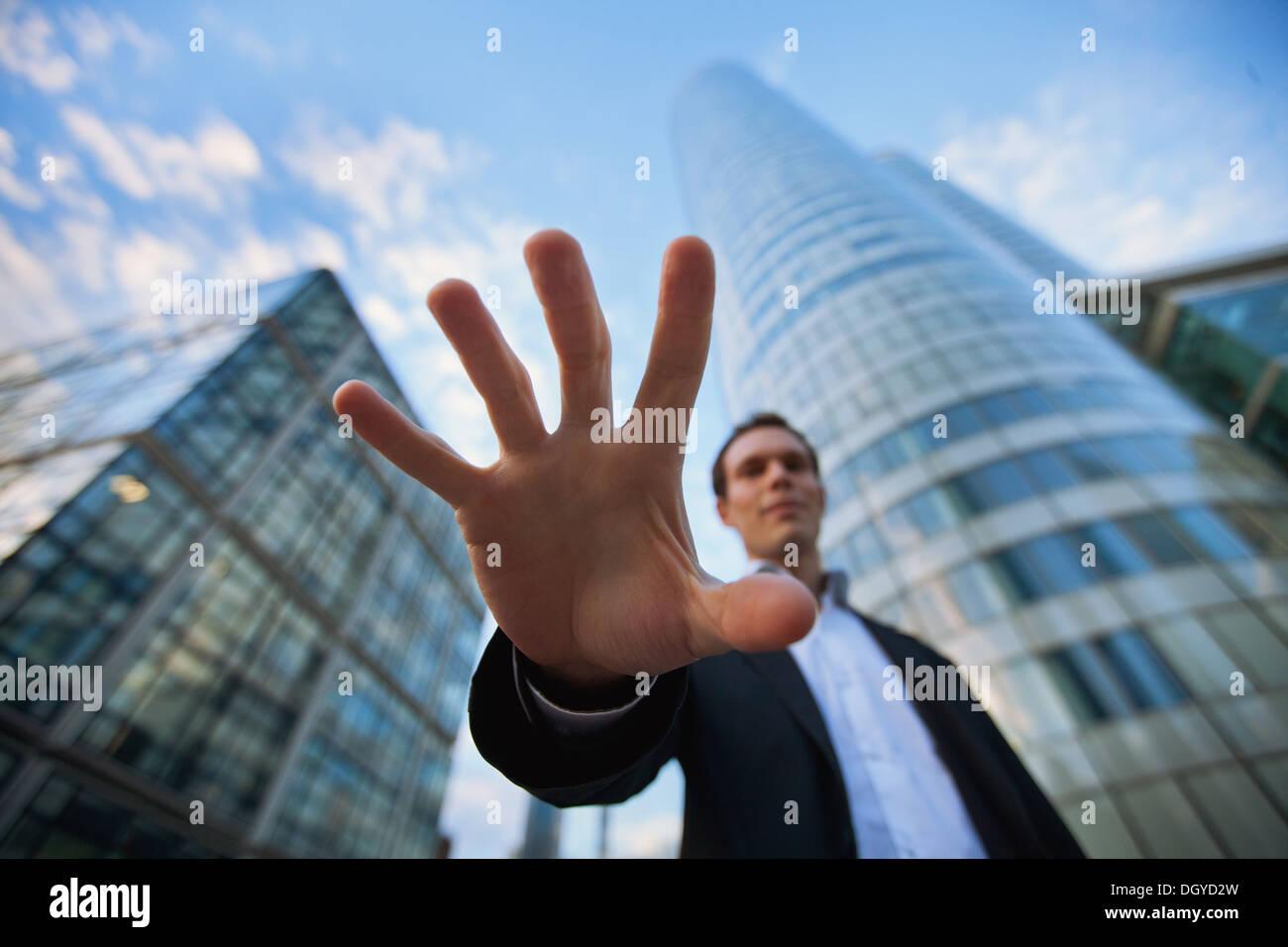 Bedrohung im Geschäft, Geld zu stehlen Stockbild