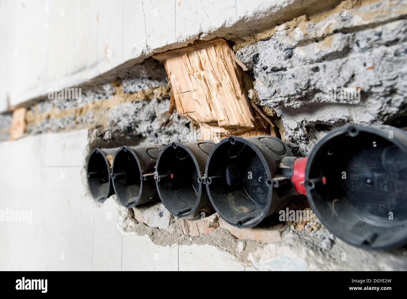 Vorbereitende arbeiten an der wand f r neue kabel kan le - Abdeckung fur heizungsrohre an der wand ...