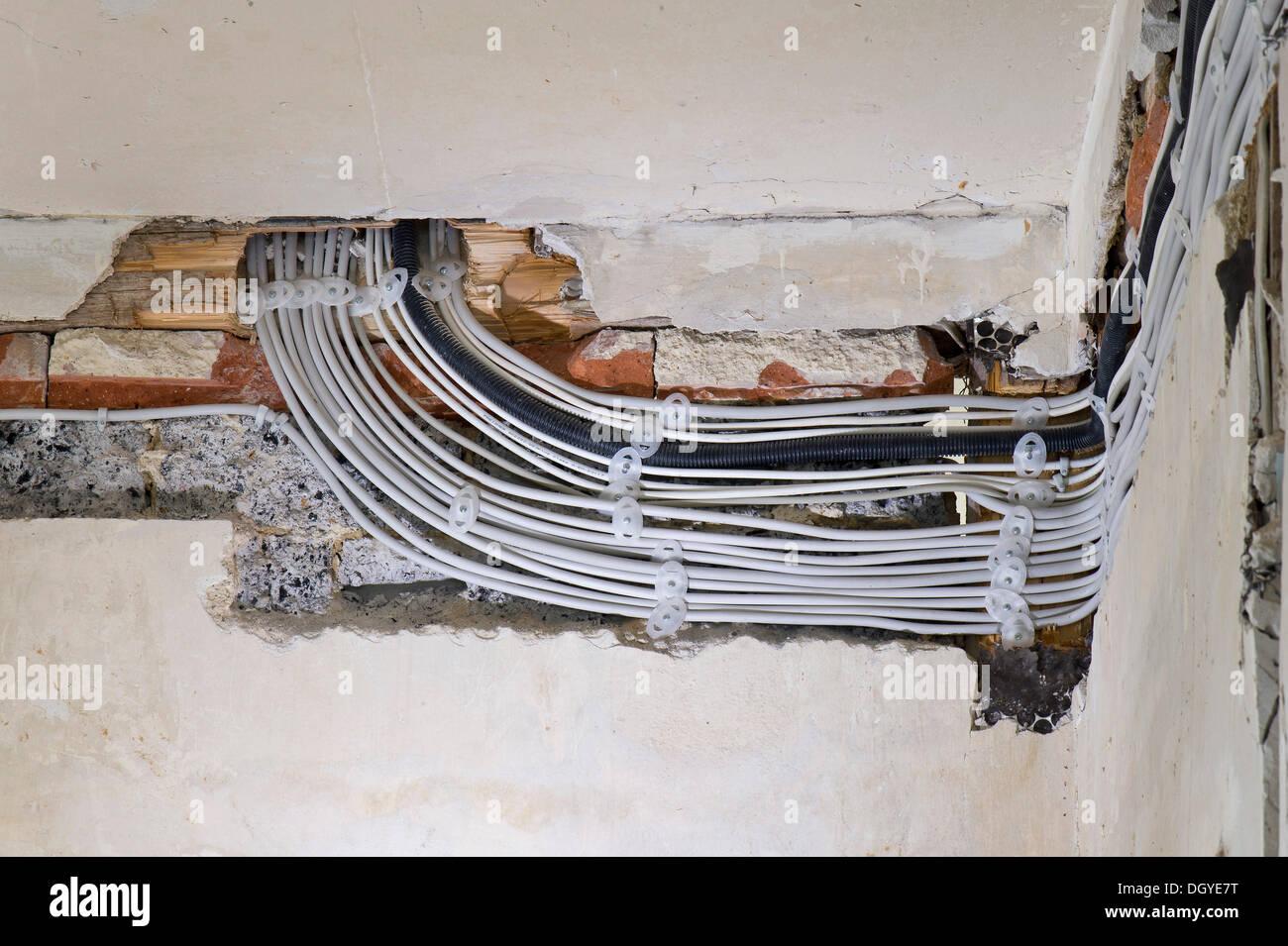 elektrische kabel verlegt unter putz in einem kabelkanal in einem alten geb ude stuttgart. Black Bedroom Furniture Sets. Home Design Ideas