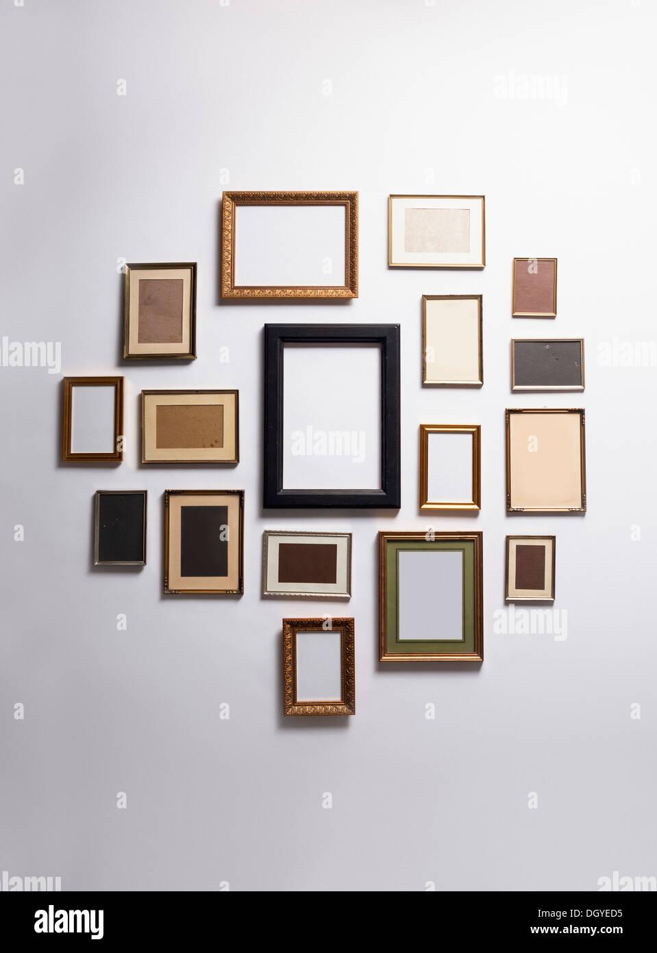 Verschiedene leere Bilderrahmen an der Wand hängen Stockfoto, Bild ...