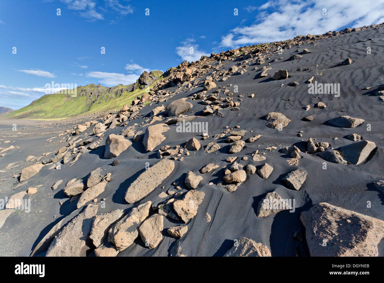 schwarzer lavasand mit moos bewachsenen berge emstrur island europa stockfoto bild 62075171. Black Bedroom Furniture Sets. Home Design Ideas