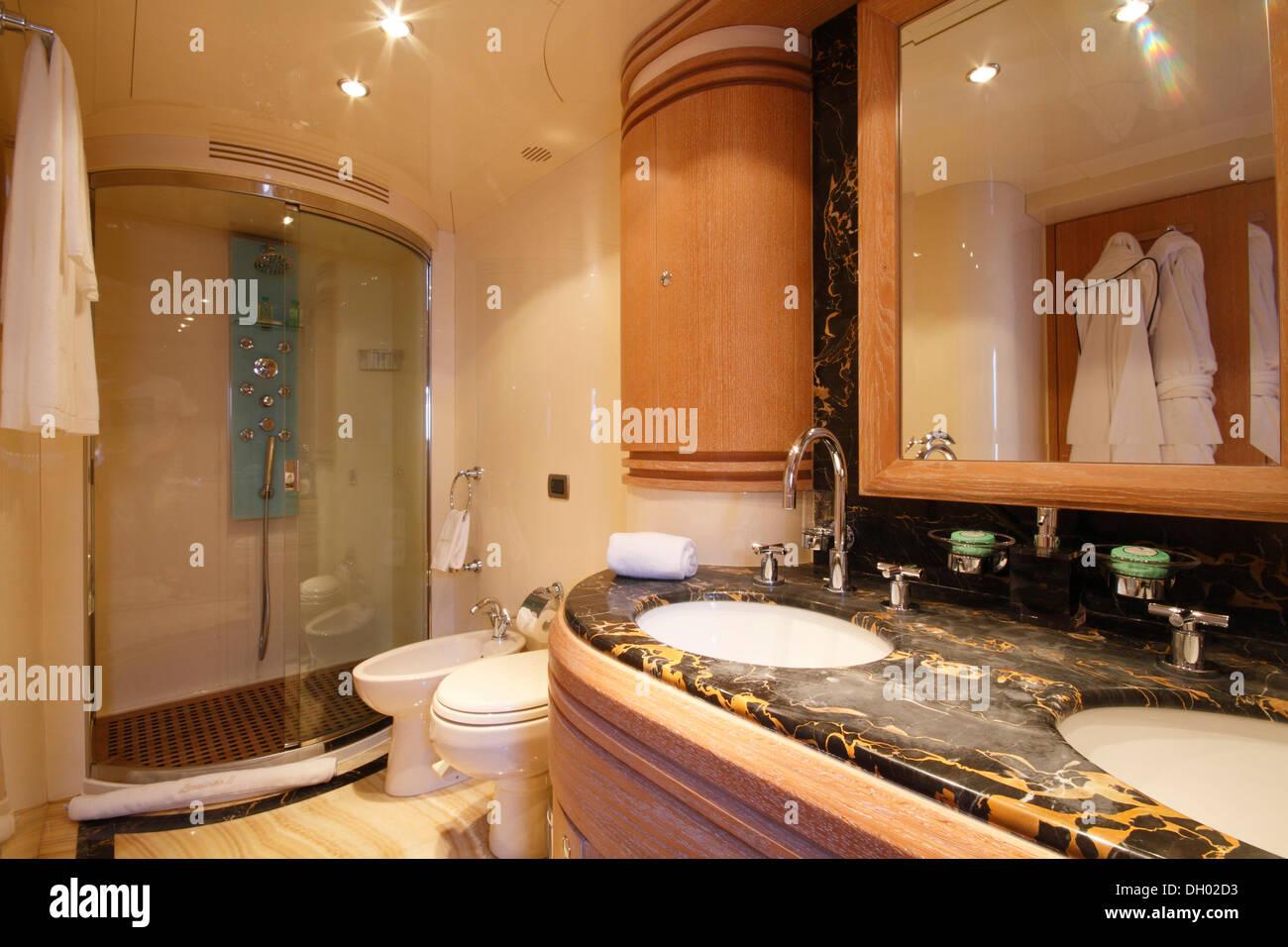 Badezimmer Von Der Master Kabine, Leonardo II, Ein Kreuzer Gebaut Von  Azimut,