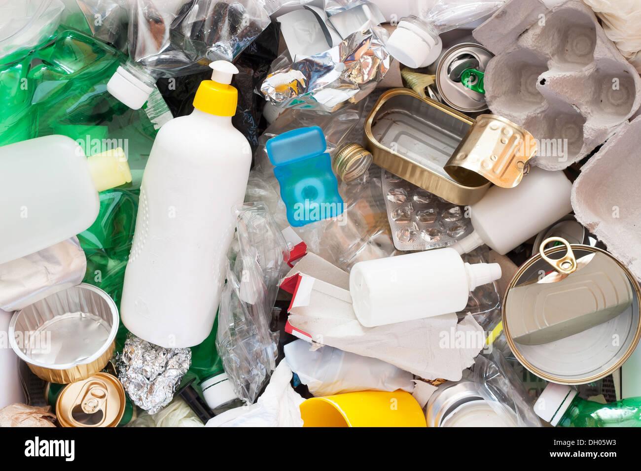 Recycling von Müll und wiederverwendbare Abfallwirtschaft wie Metall, Kunststoff, Altpapier Produkte wiederverwendet werden Stockbild