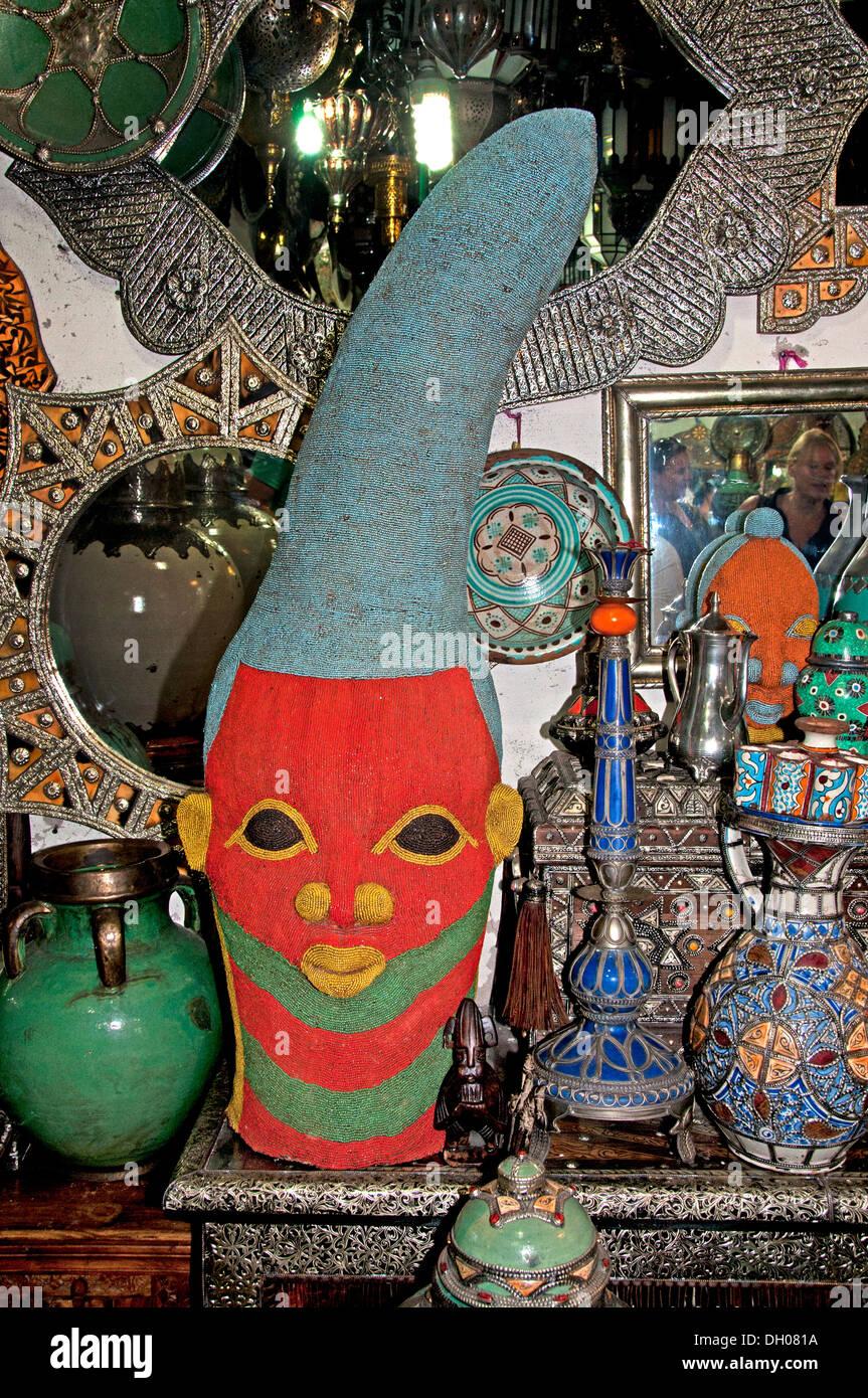 Maske der Timbuktu (Mali) im Antiquitätengeschäft Marrakesch Marokko Medina Souk Markt Stockbild