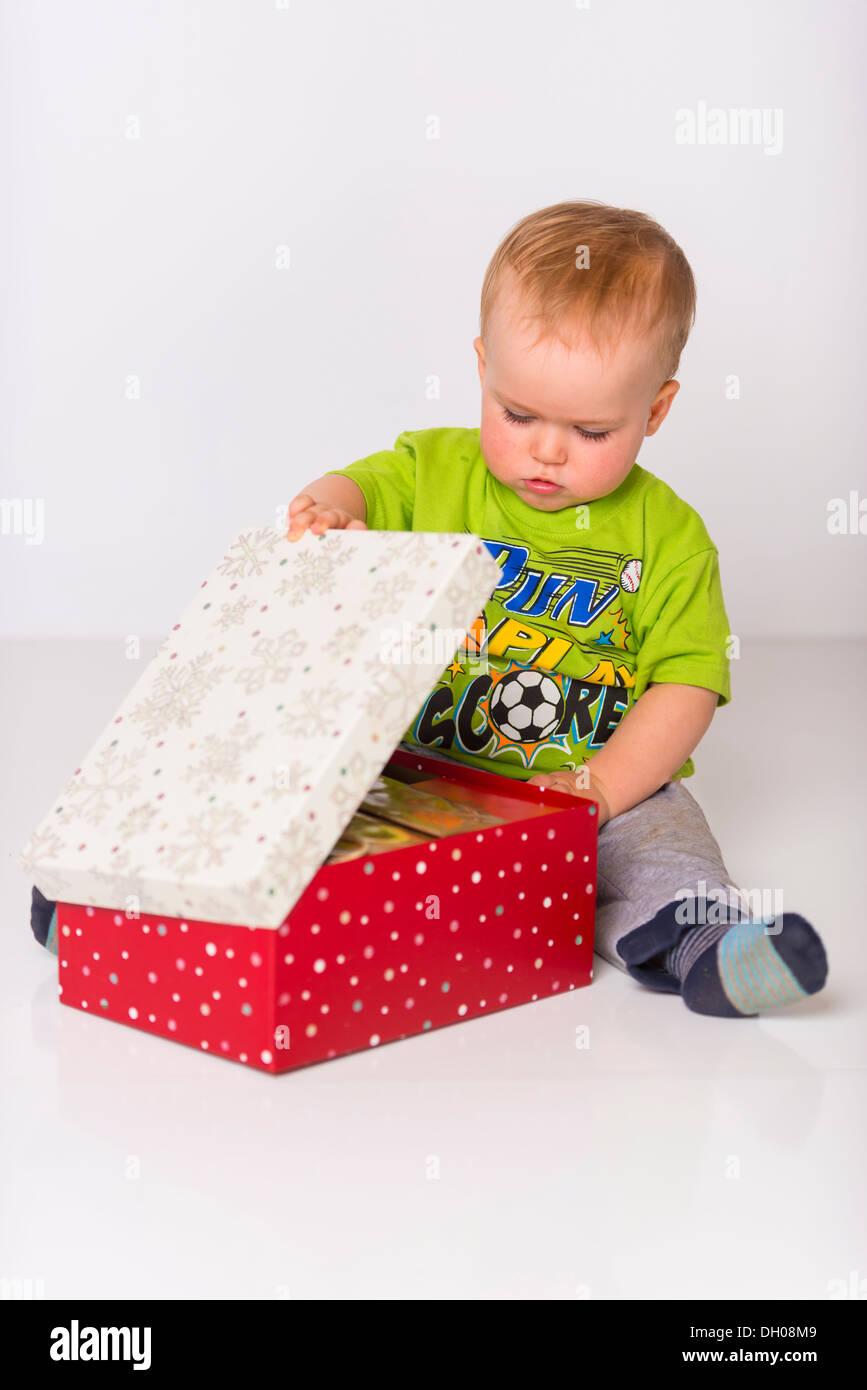 Ein männliches Kind kaukasisches, ca. 18 Monate alt, ist öffnen Sie ...