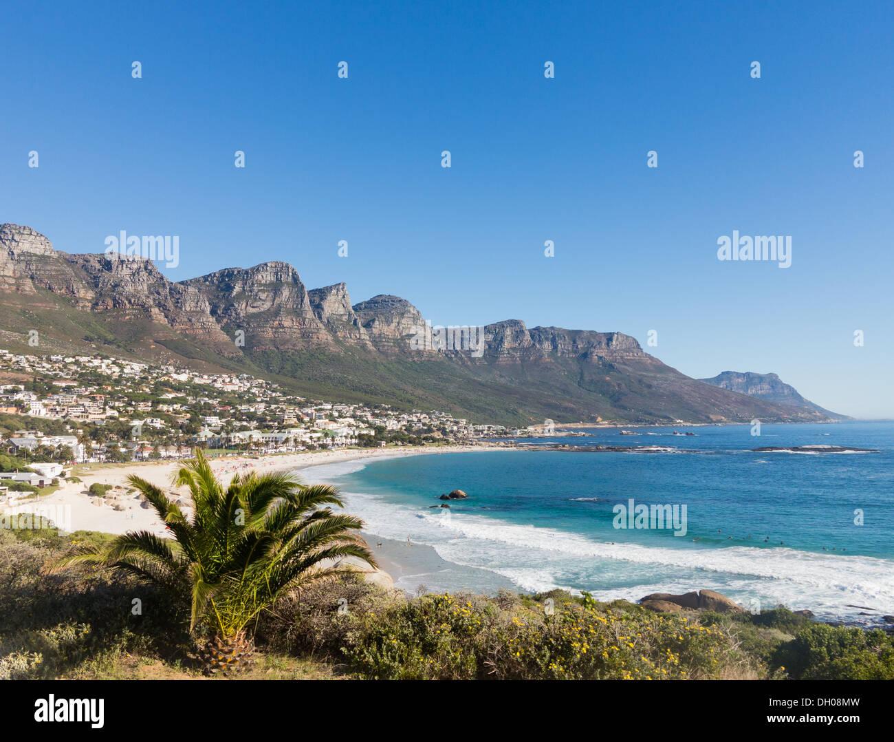 Strand von Camps Bay Kapstadt mit dem Tafelberg im Hintergrund, Südafrika Küste Stockbild