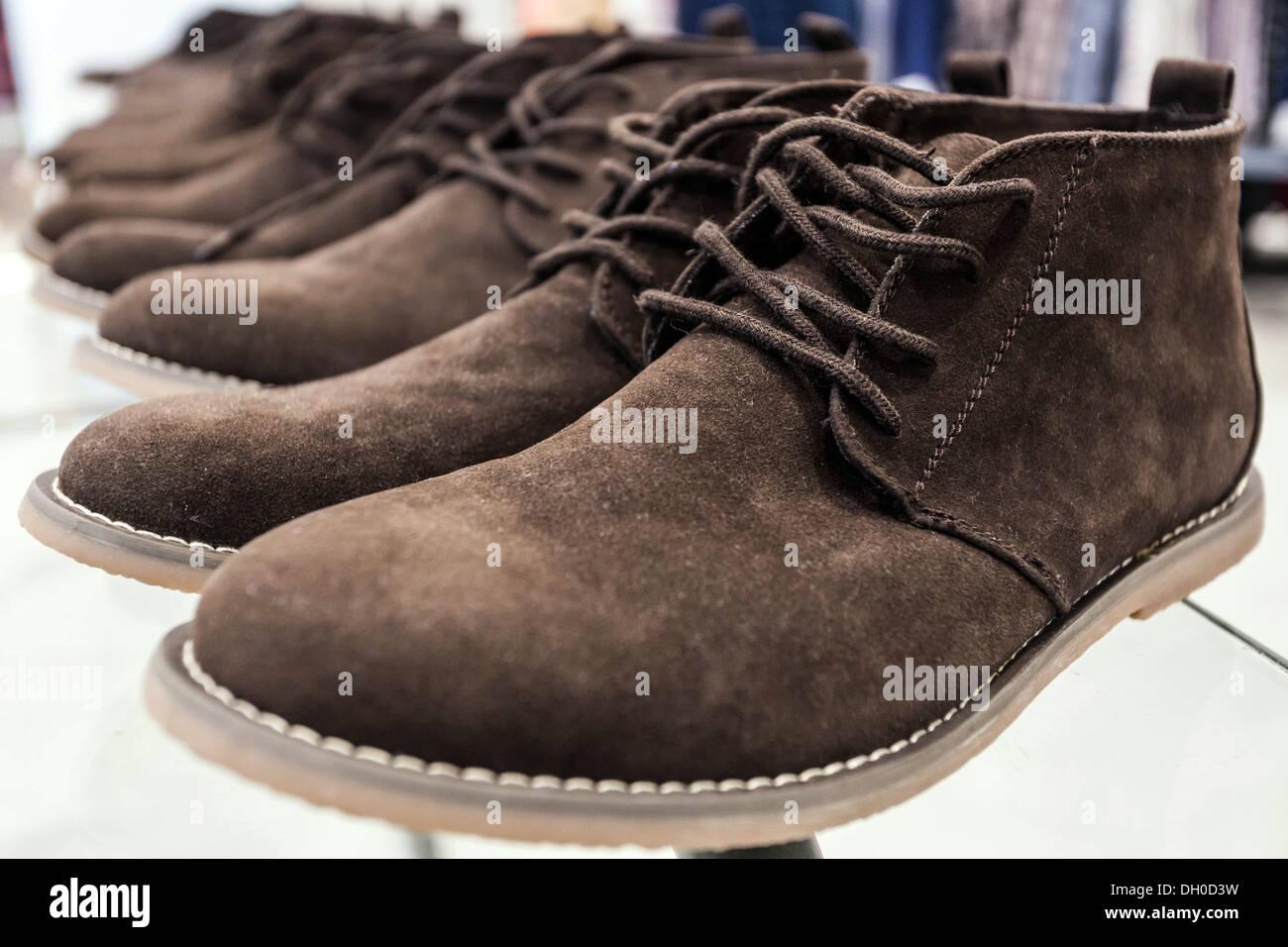 Braune Wildleder Stiefel auf dem display Stockbild