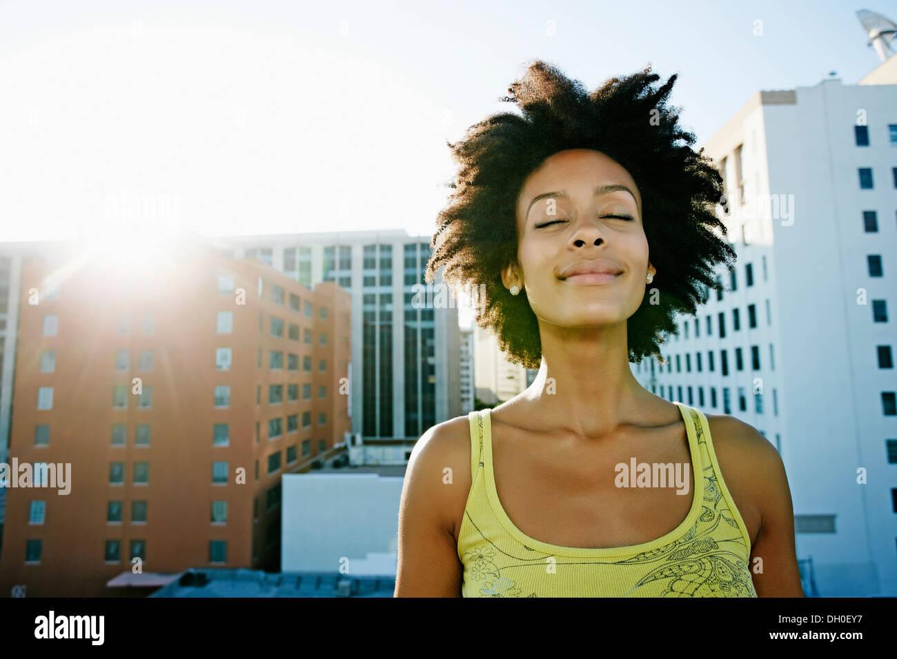 Gemischte Rassen Frau auf städtischen Dach Stockfoto