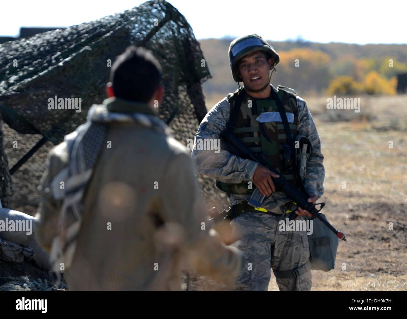 """Air Force Airman 1st Class Shanten Peters, 729. Air Control Squadron, versucht, vernünftig mit ein Rollenspieler das Gebiet während der Bereitschaft Übung verlassen """"Operation Raging Bull 14-1', Hill Air Force Base in Utah, 23. Oktober 2013. Das zweimal jährlich stattfindende Training hilft Stockbild"""