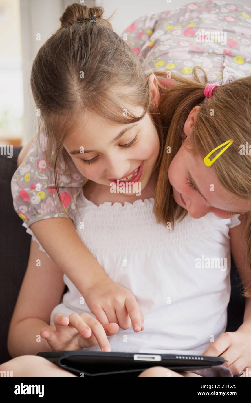Zwei Mädchen mit digital-Tablette, München, Bayern, Deutschland Stockbild