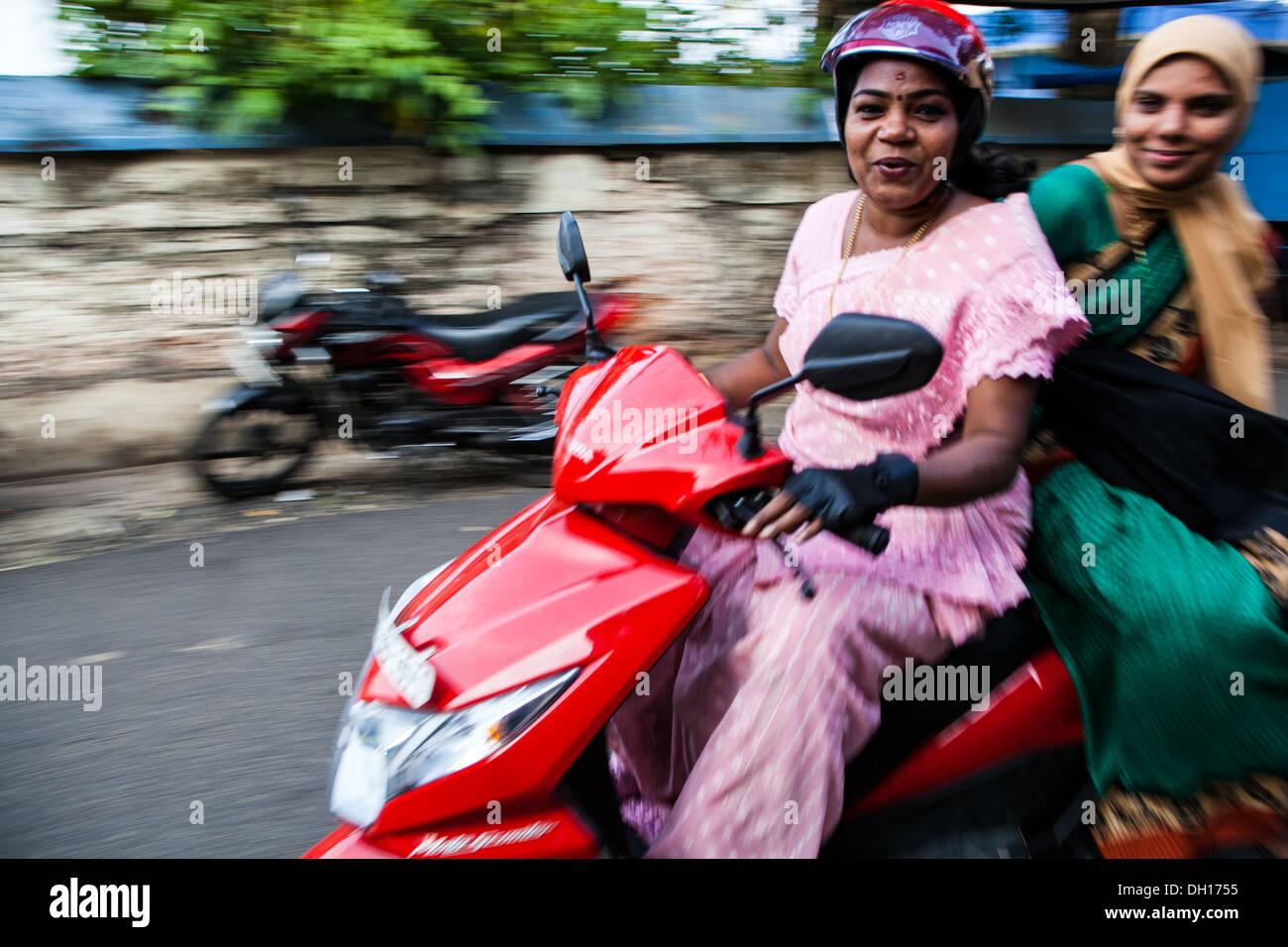 Panorama Bild von einheimischen Frauen auf einem Moped, Cochin, Indien Stockbild