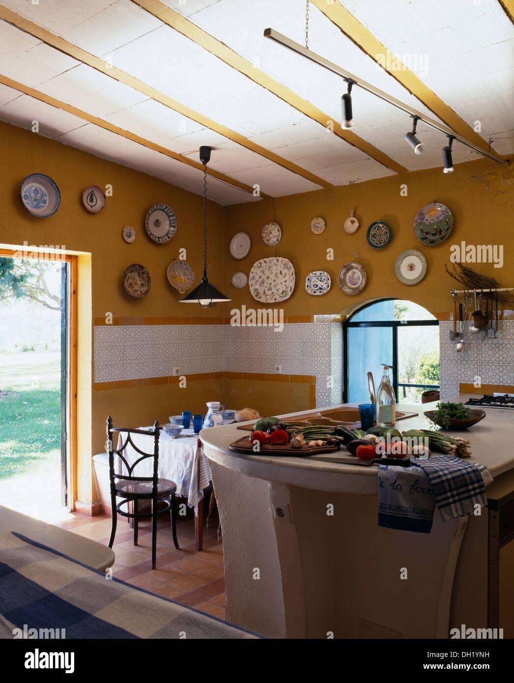 Gemüse auf konkrete Insel Gerät in gelbe spanische Küche mit ...