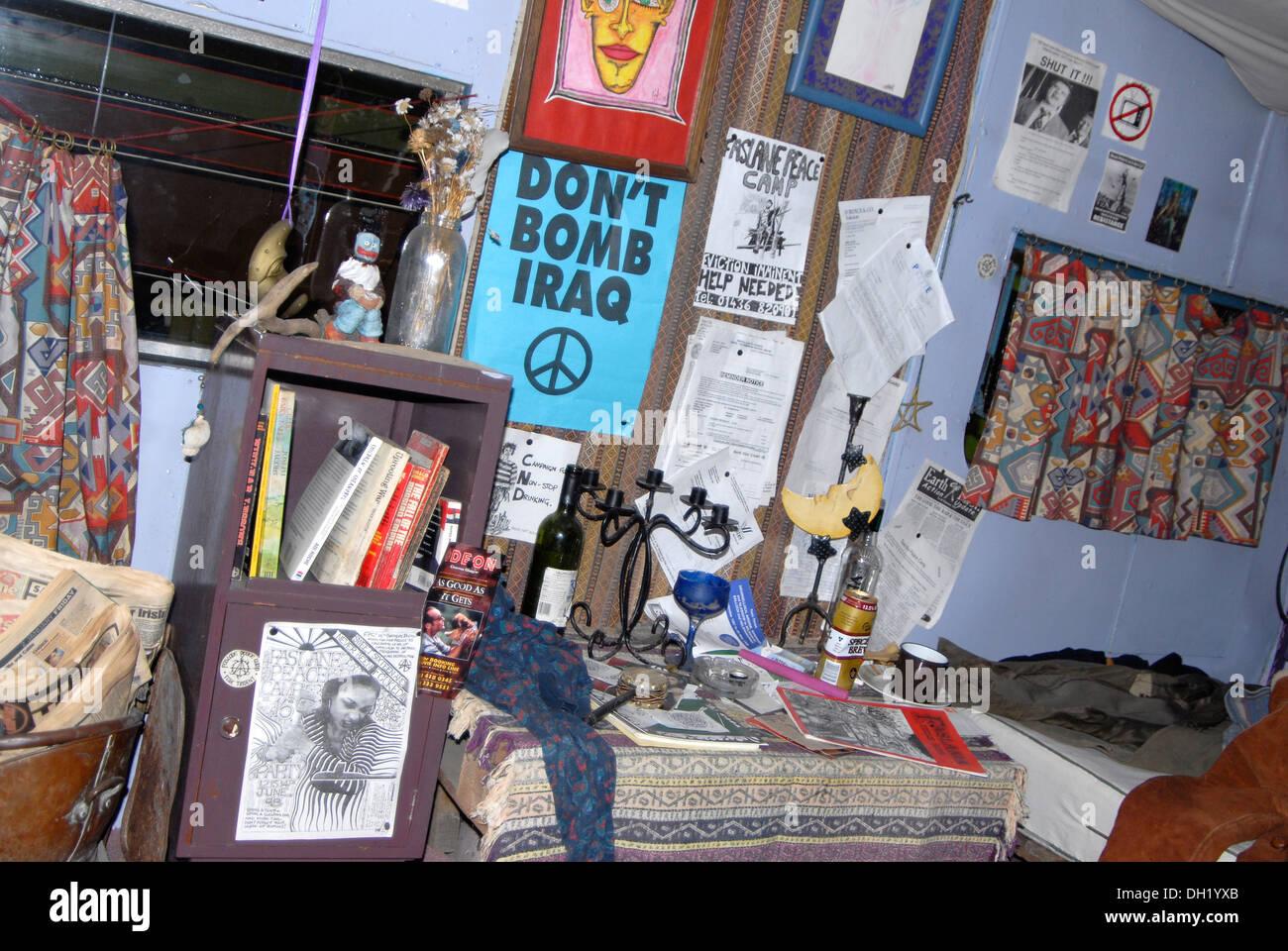 Innere des Faslane Friedenslager Demonstrant Wohnwagen Stockbild