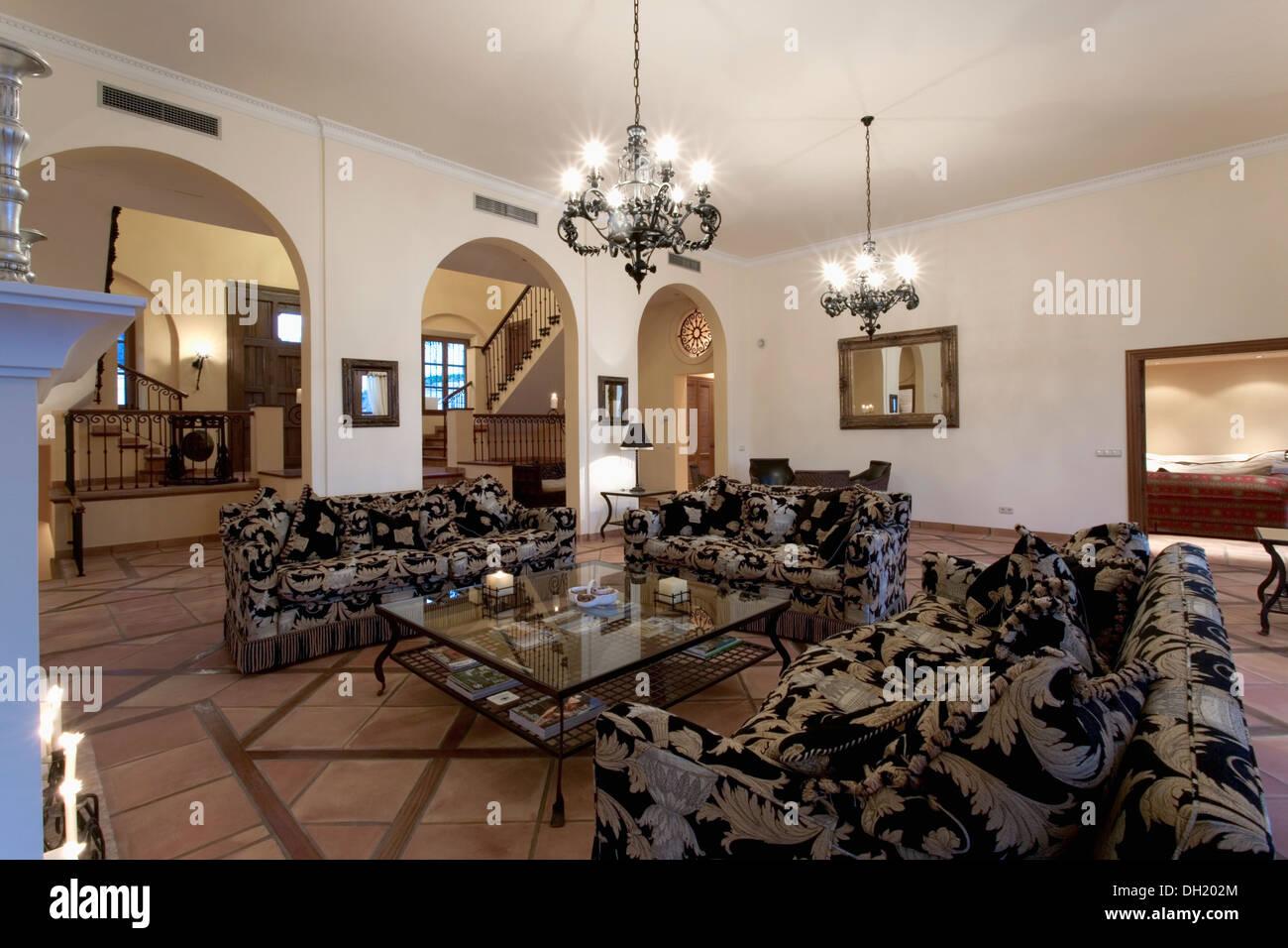 Kronleuchter Groß Weiß ~ Groß gemusterten sofas und couchtisch aus glas im modernen