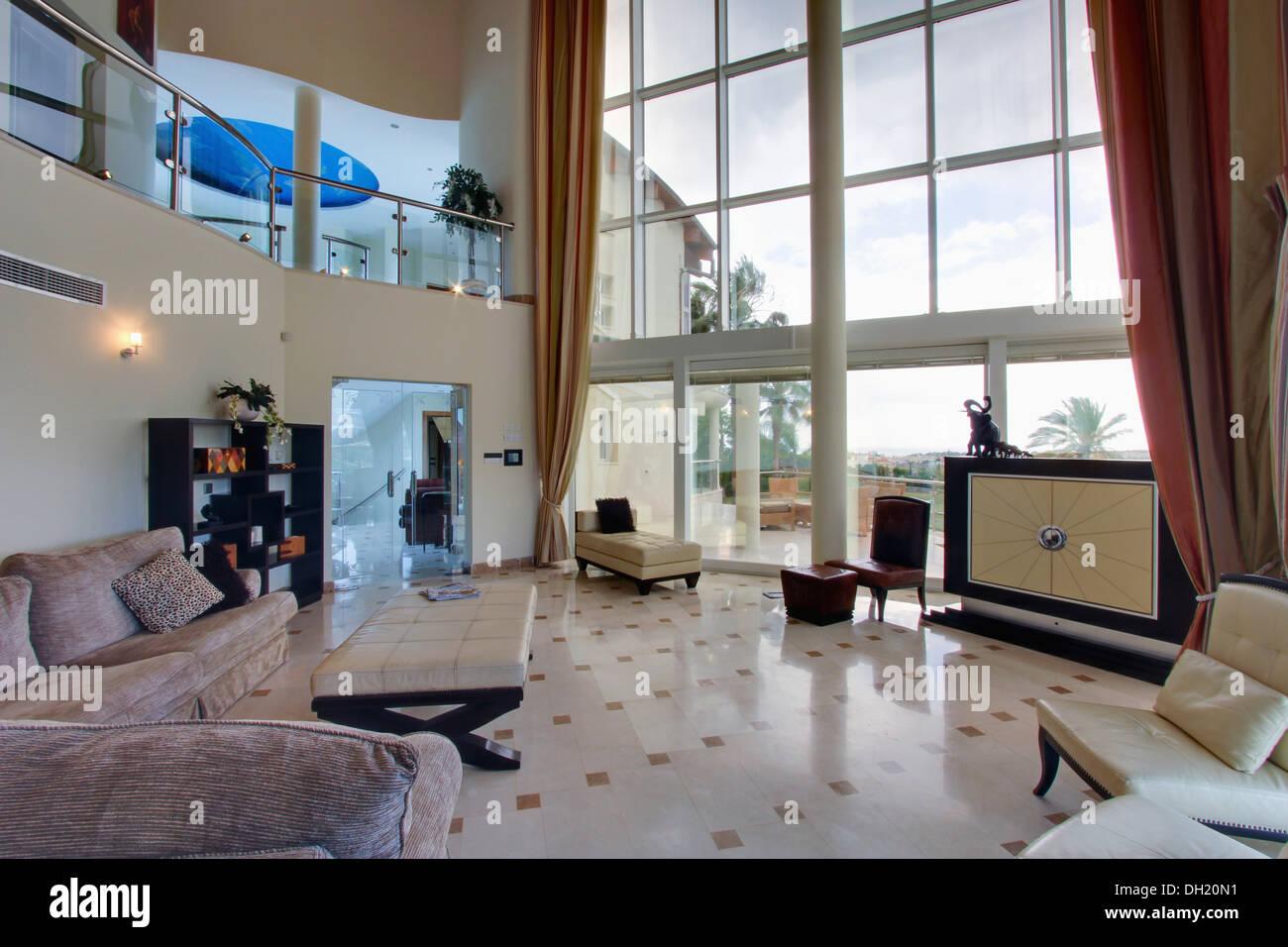 Versteckt Im Großen Schrank Vor Glaswand In Großen Modernen, Doppelte Höhe  Spanische Wohnzimmer Fernsehen