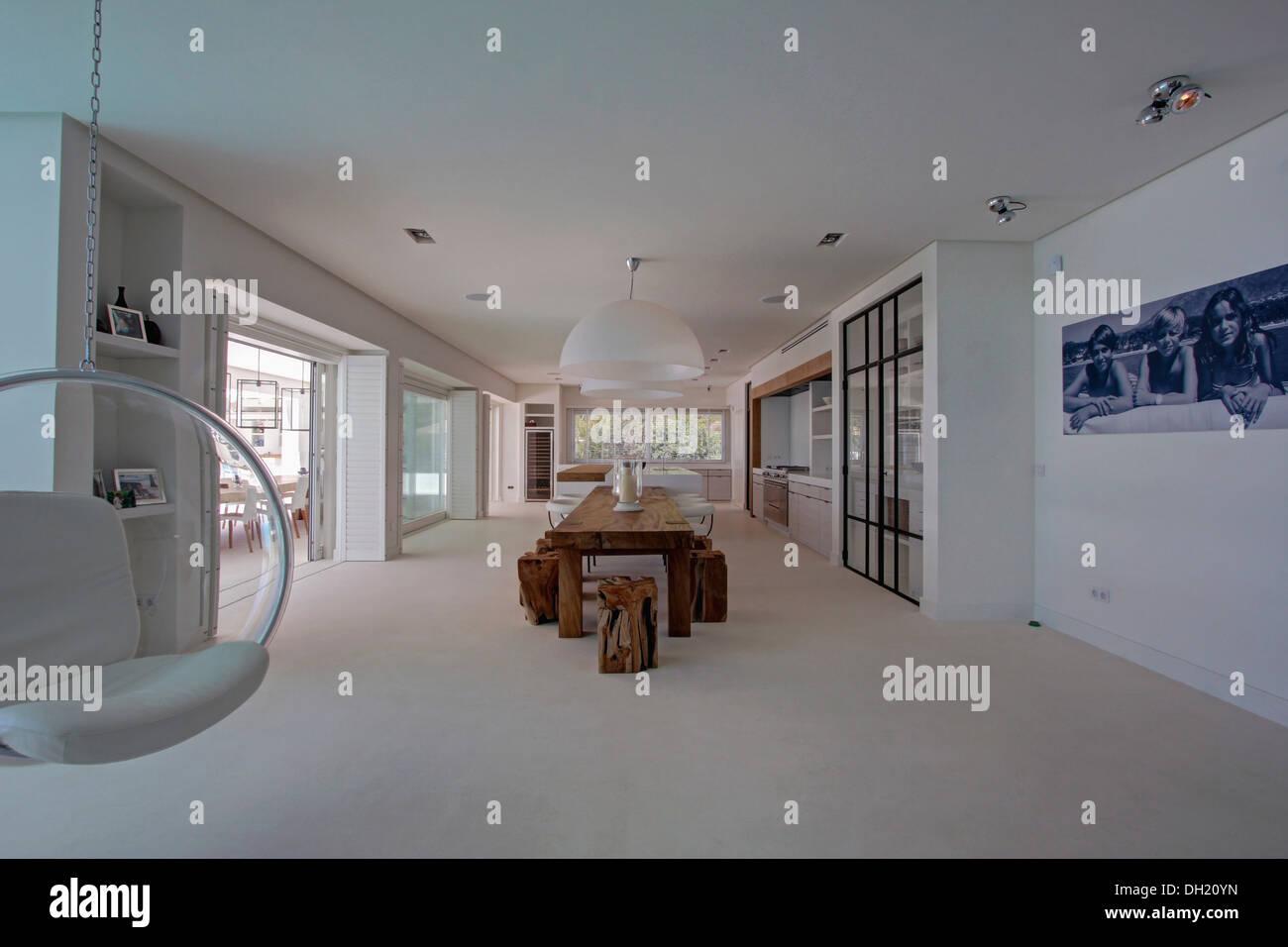 White eerio aarnio bubble chair in großen minimalistische villa