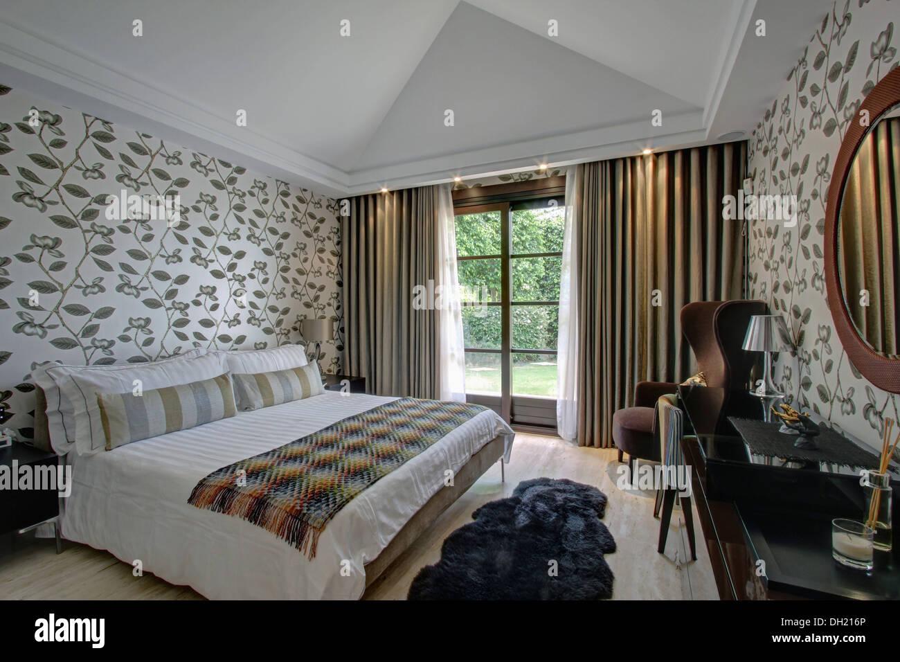 Graue Vorhänge auf Glastüren in spanischen Schlafzimmer mit ...