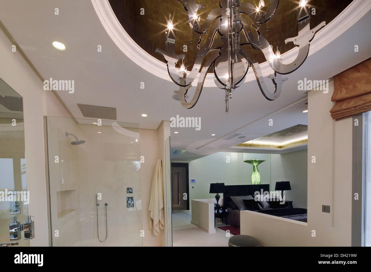 Moderne Glas Kronleuchter Auf Vertiefte Decke Im Duschbereich Des Offenen  En Suite Badezimmer Mit Blick Auf Schlafzimmer
